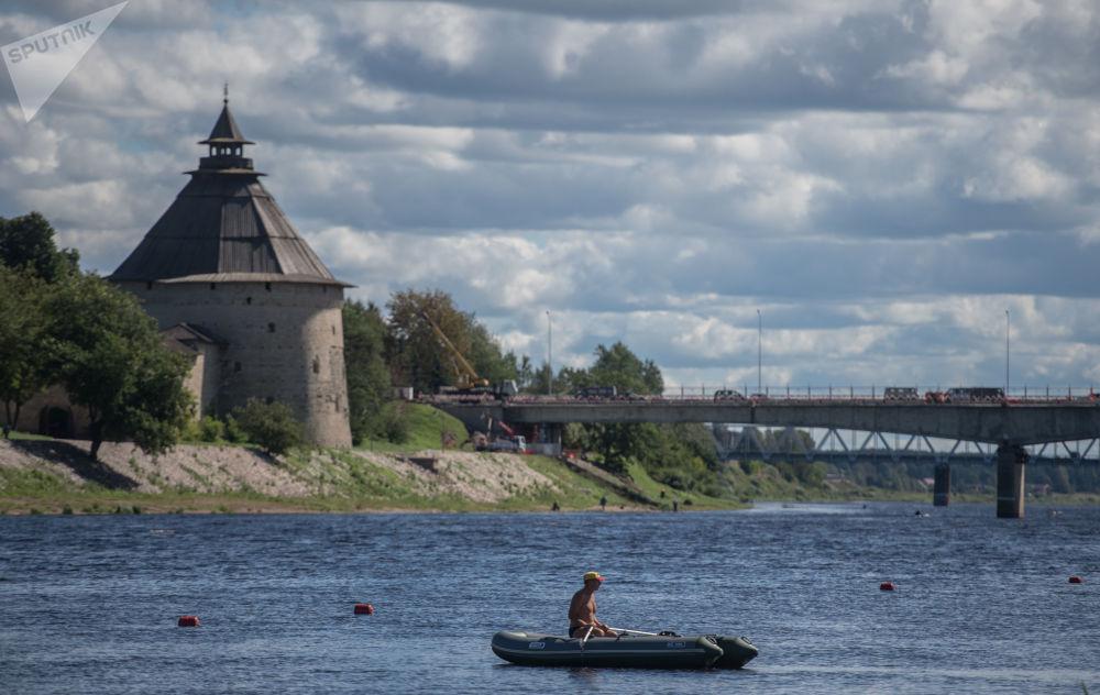 Pokrovská věž Pskovského Kremlu a most přes řeku Velikou v Pskově, Rusko
