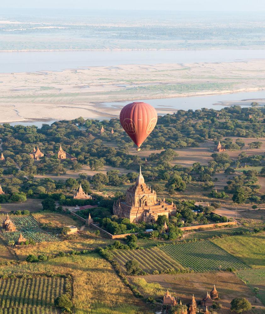 Horkovzdušný balón nad starověkým chrámem ve městě Pagan, Myanmar