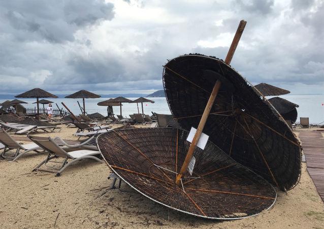 Následky uragánu na pláži hotelu Porto Carras na poloostrově Chalkidiki