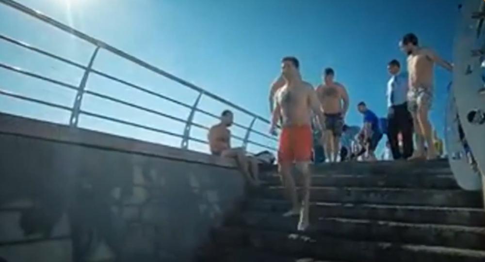 Video: Ukrajinský prezident Volodymyr Zelenskyj se spolu s turisty vykoupal v červených plavkách v Černém