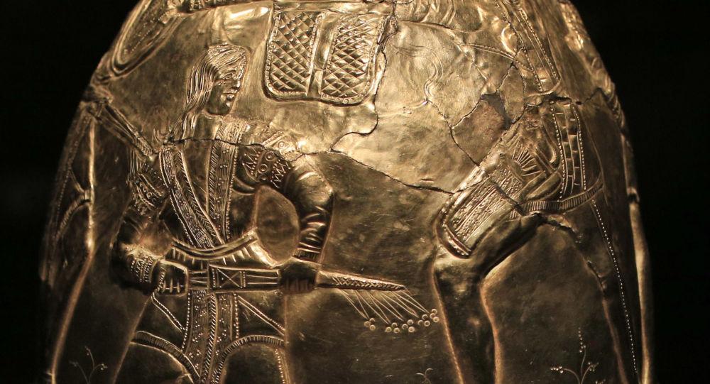 Helma z kolekce skytského zlata. Muzeum Allarda Piersona