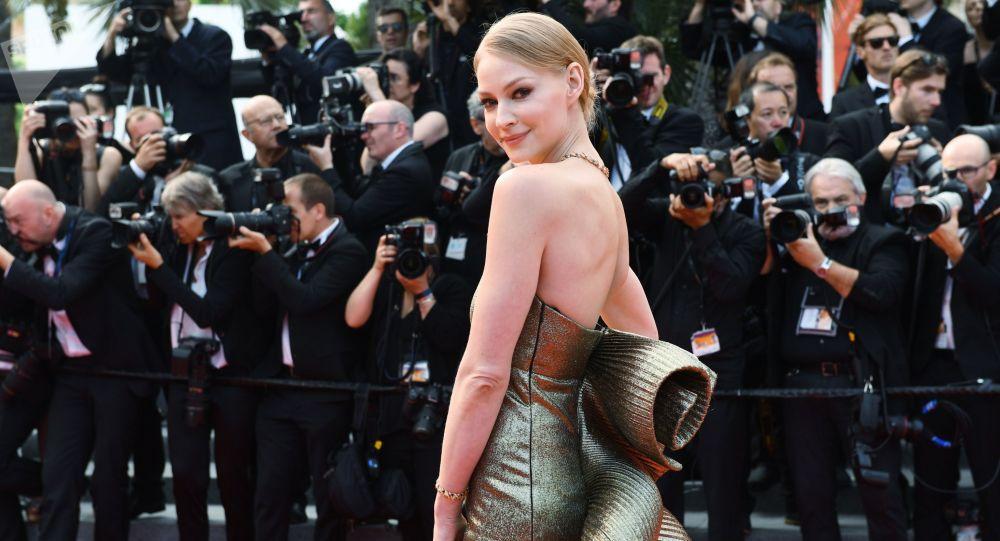 Superhot. Krásná blonďatá ruská herečka se objevila topless na obálce časopisu