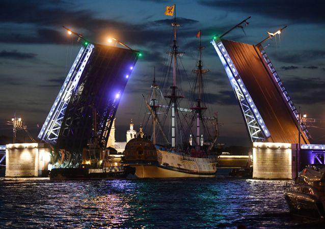 Fregata Poltava směřuje na zkoušku vojenské přehlídky věnované Dnu námořnictva Ruska v Petrohradě