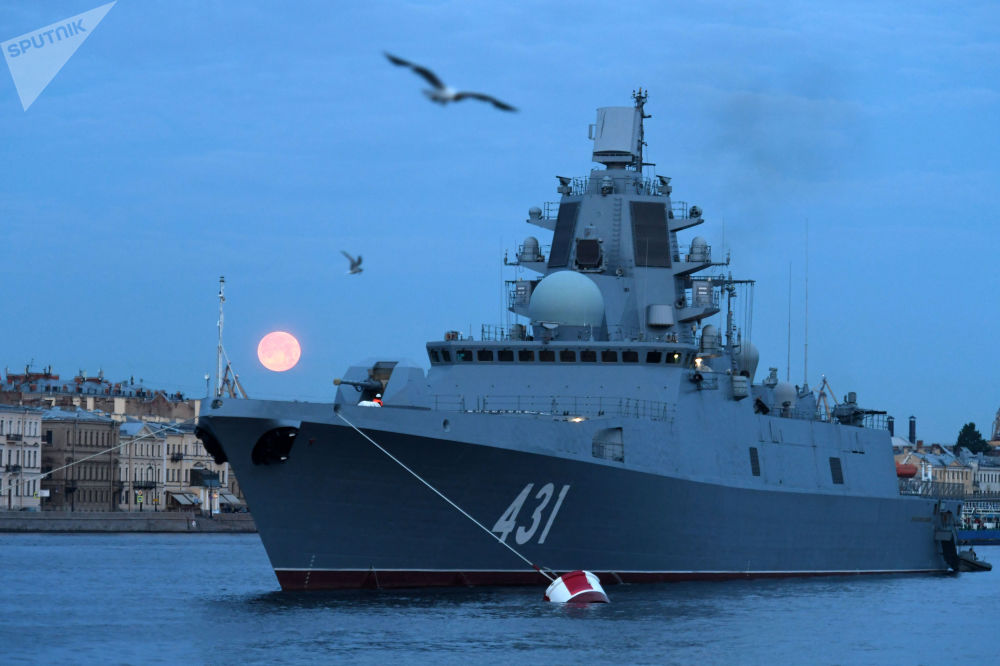 Fregata Admirál loďstva Kasatonov na pozadí Anglického nábřeží