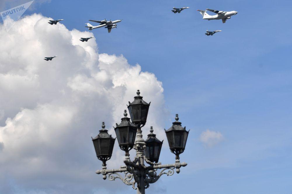 Zkouška letecké části vojenské přehlídky věnované Dnu námořnictva Ruska v Petrohradě