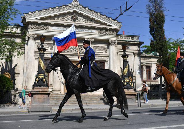 Jezdec během přehlídky dechových orchestrů na počest Dne Ruska v Sevastopolu