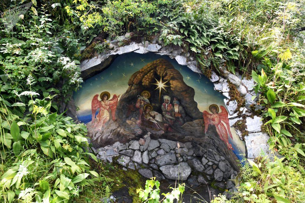 Miniaturní jeskyně s freskou na vánoční téma poblíž kostela Jána Bohoslovce na ostrově Patmos (Čemalská oblast Altajské republiky, Rusko)