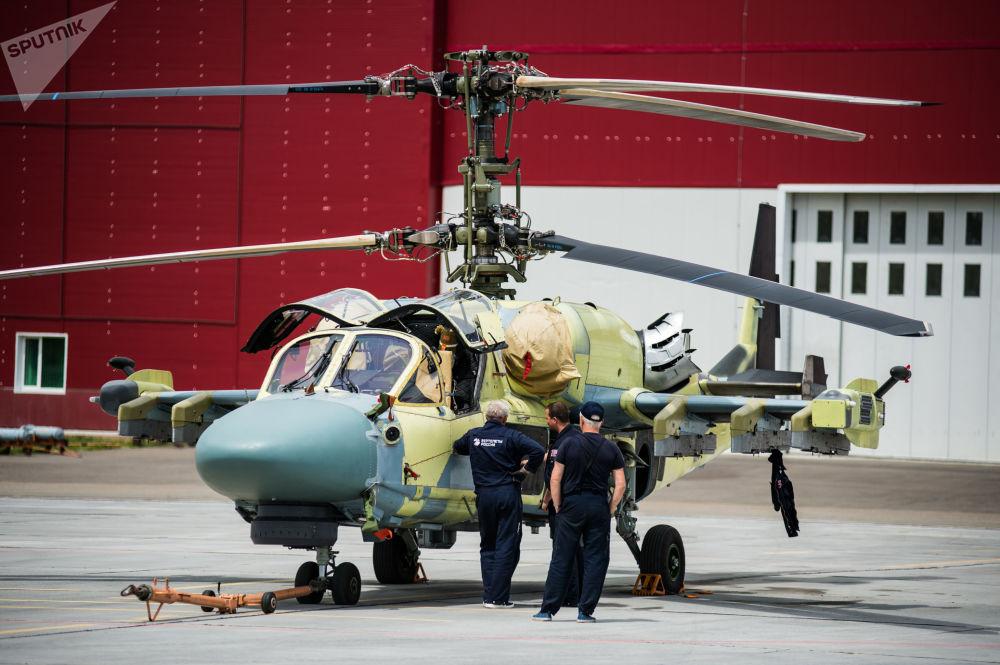 Vrtulník Ka-52 Alligator na ploše letové zkušební stanice závodu Progress