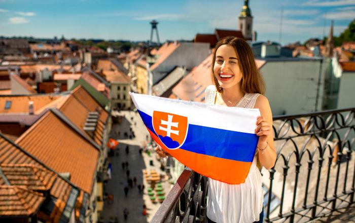 Dívka se slovenskou vlajkou v Bratislavě