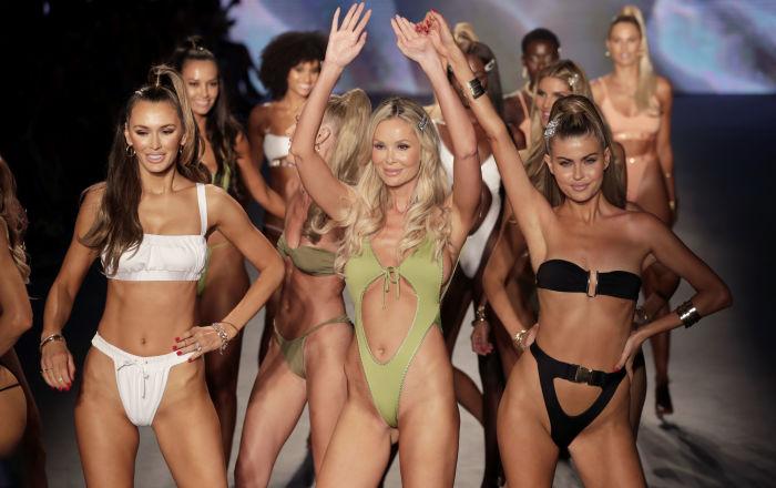 Módní návrhářka Monica Hansen (uprostřed) zdraví diváky na módní přehlídce Miami Beach (Florida).