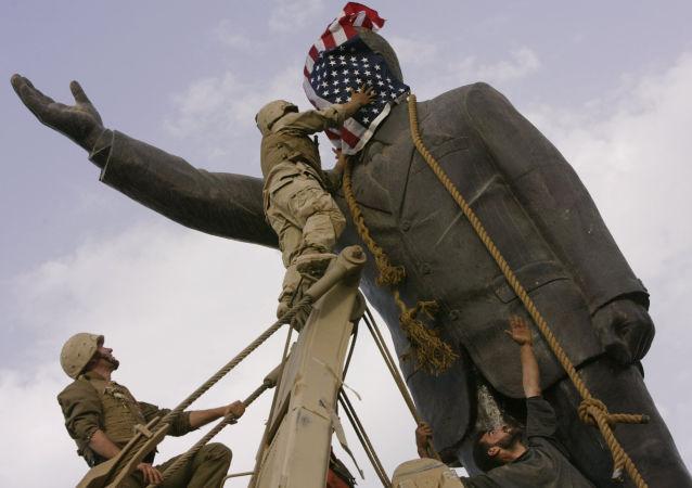 Spojené státy bourají sochu Saddáma Husajna v Bagdádu (3. dubna 2003)