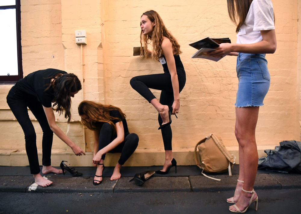 Modelky se připravují na casting před začátkem týdne módy v Melbourne.