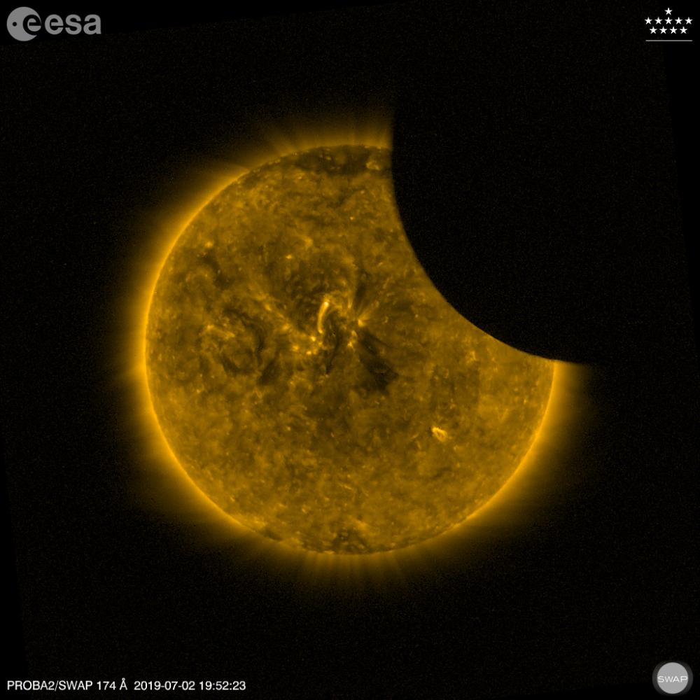 Měsíc zakrývající část Slunce