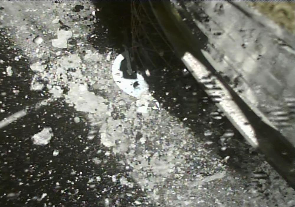 Fotografie pořízená několik vteřin po přistání sondy Hajabusa 2 japonské agentury JAXA na asteroid Ryugu