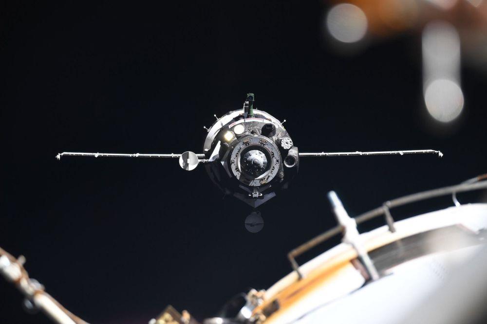 Vesmírná loď Sojuz MS-13 se přibližuje k Mezinárodní vesmírné stanici