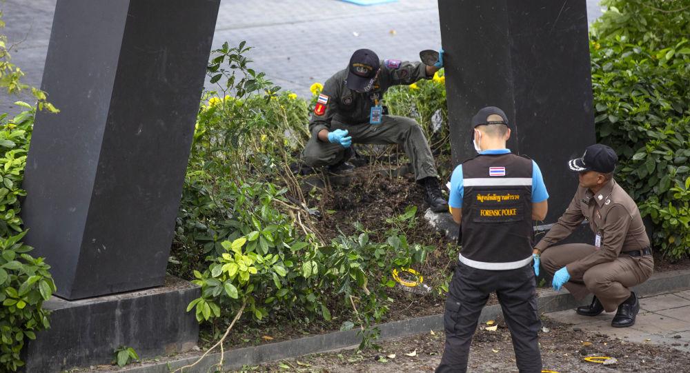 Thajští vyšetřovatelé a policie v místě výbuchu v Bangkoku