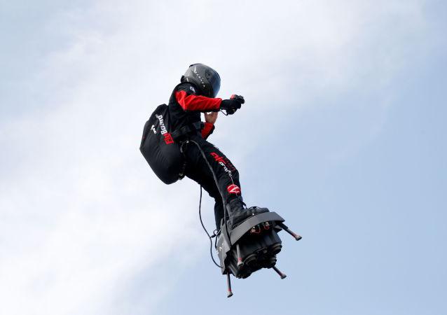 Vynálezce z Francie Franky Zapata překonal na druhý pokus Lamanšský průliv na svém létajícím prostředku Flyboard Air