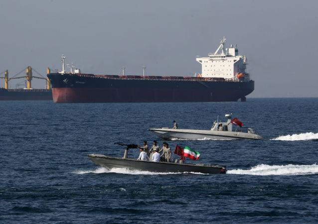 Íránští vojáci se účastní Národního dne Perského zálivu v Hormuzském průlivu