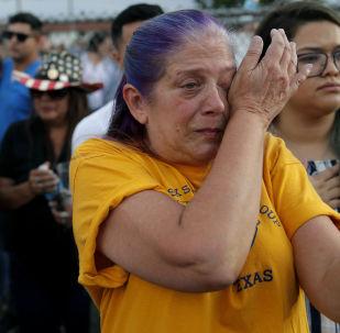 Plačicí žena během památní akce obětí střelby v Texasu