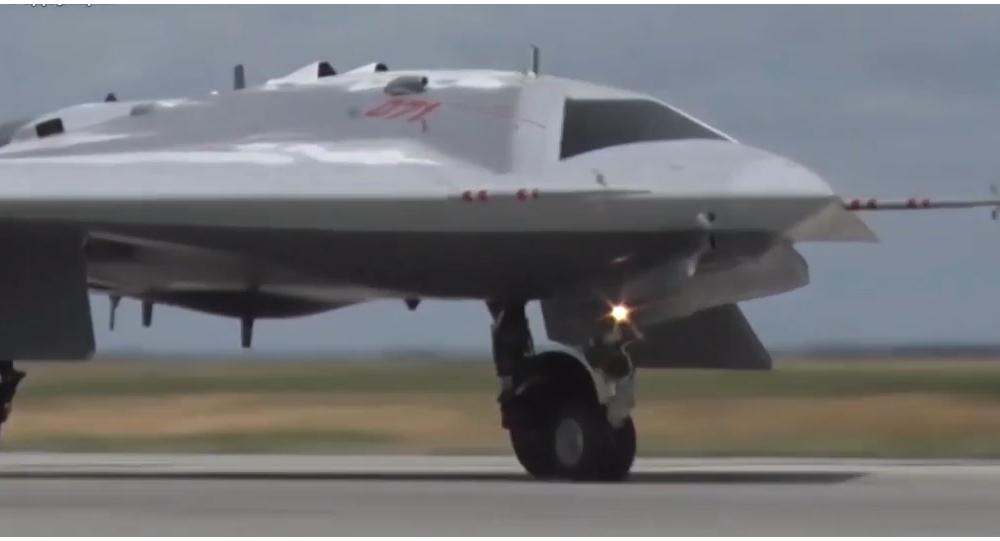 Video: Dravec na obloze: ruské ministerstvo obrany uveřejnilo záběry z prvních letových testů nejmodernějšího dronu Lovec