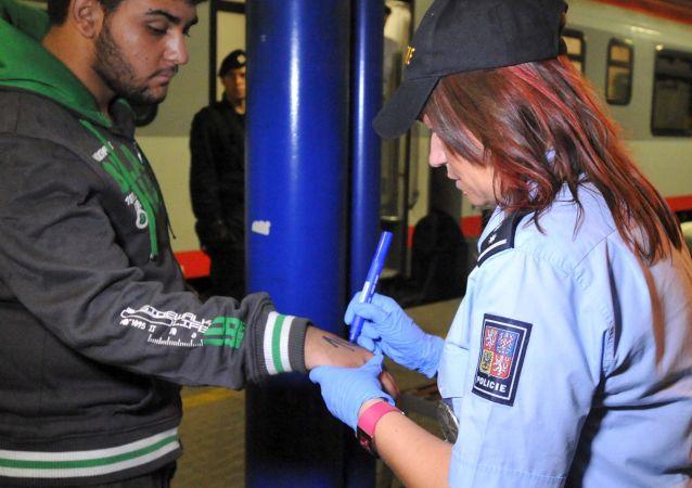 Příslušníci české policie používali fixy, s jejichž pomocí napsali čísla na rukou 214 migrantů