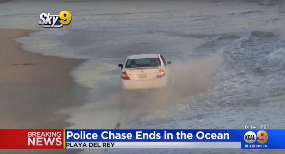 Zloděj se před policií pokusil skrýt ve vlnách oceánu
