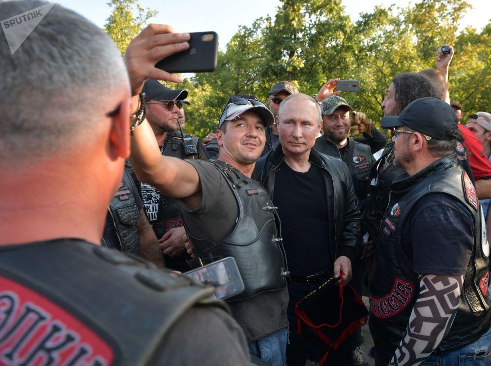 Ruský prezident Vladimir Putin blahopřeje klubu Noční vlci k 10. výročí během motorkářského show na Krymu.