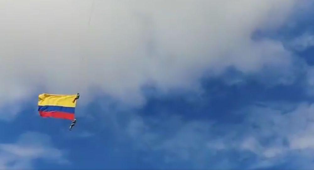 Tragický pád kolumbijských vojáků z vrtulníku na letecké show byl zachycen na video