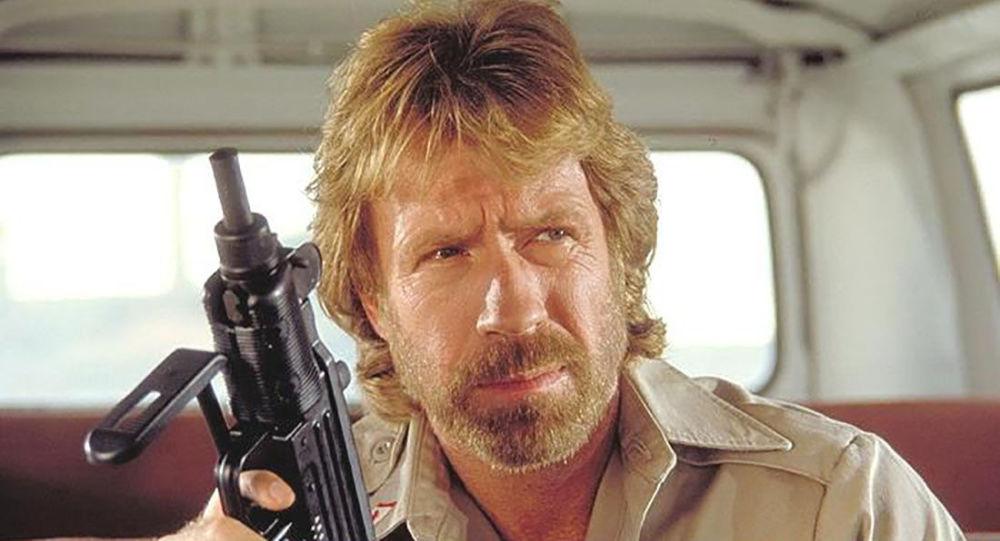 Herec Carlos Ray Norris Jr (Chuck Norris) ve filmu Delta Force