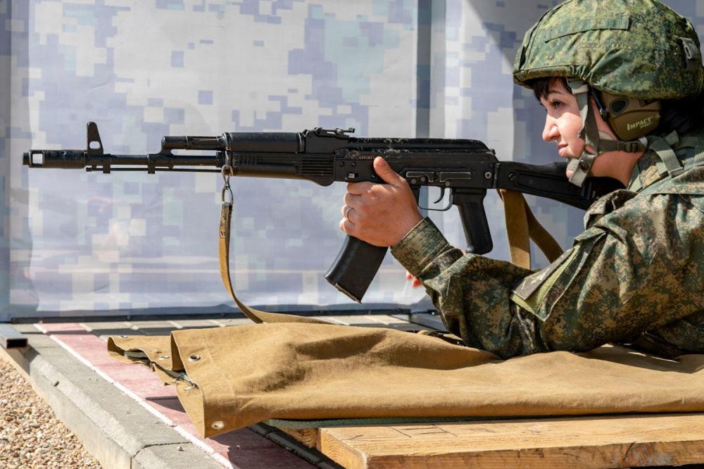 Účastnice disciplíny Polní kuchyně soutěží ve cvičných střelbách