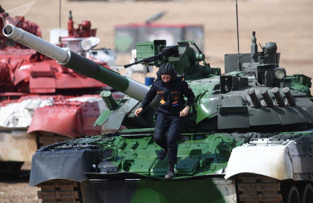 Tankistka na tanku T-80 během tankového biatlonu