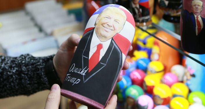 Matrjoška s podobiznou Donalda Trumpa. Skrývá se v ní Putin?