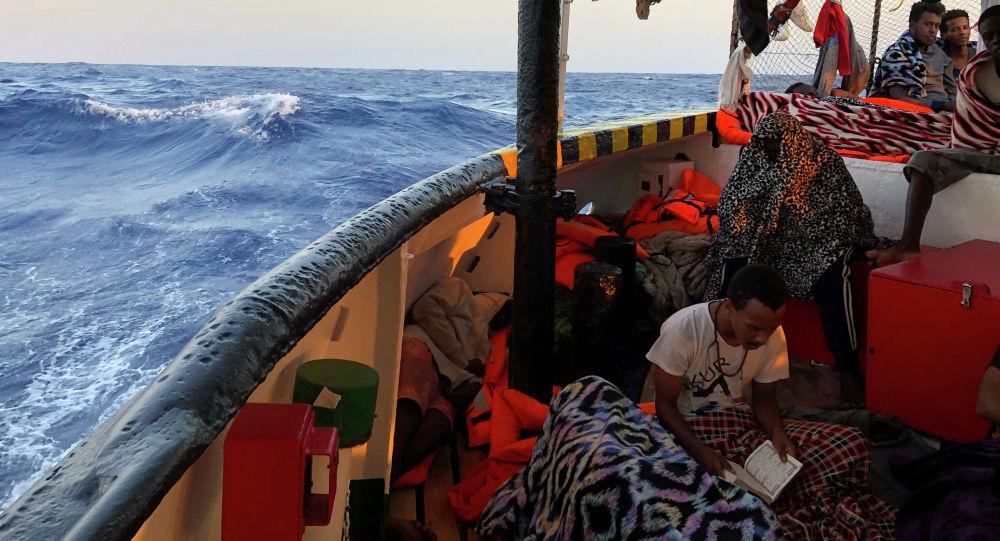 Itálie povolila nezletilým migrantům vystoupit z lodi Open Arms. Co na to Salvini?