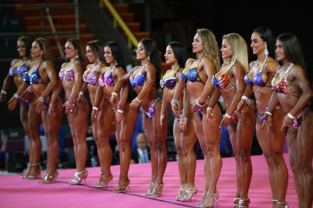 Účastníci soutěže kulturistiky na Panamerických hrách v Limě, Peru.