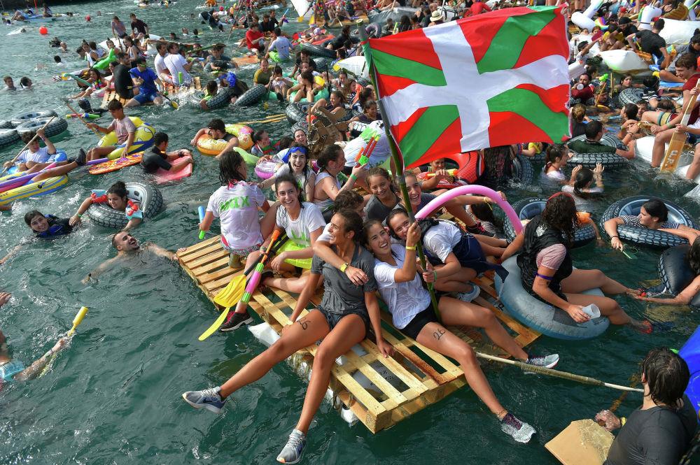 Účastníci festivalu Pirata Abordaia v San Sebastianu, Španělsko.