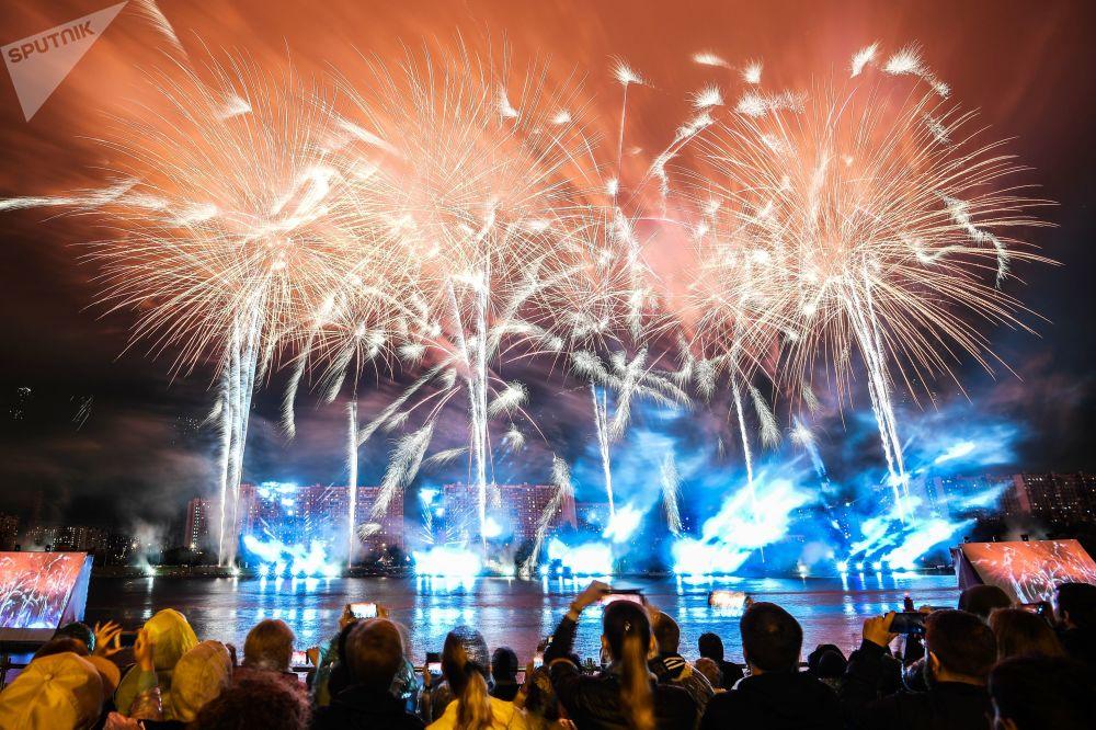 Mezi představeními bylo světelné a hudební show.