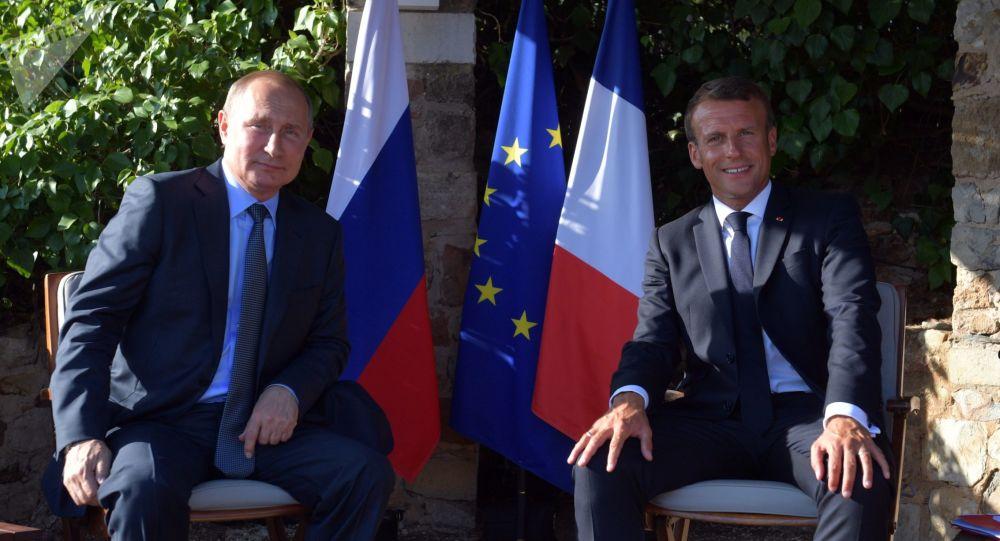 Ruský prezident Vladimir Putin a francouzský prezident Emmanuel Macron během setkání v jižní Francii
