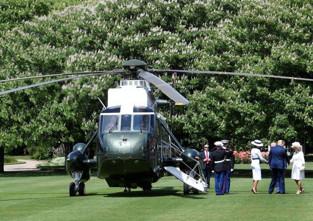 Vrtulník Donalda Trumpa na trávníku před Buckinghamským palácem