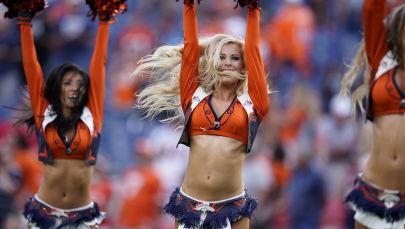 Roztleskávačky fotbalového klubu Denver Broncos během přestávky ve fotbalovém zápase mezi Denver Broncos a San Francisco 49ers v Denveru, USA.