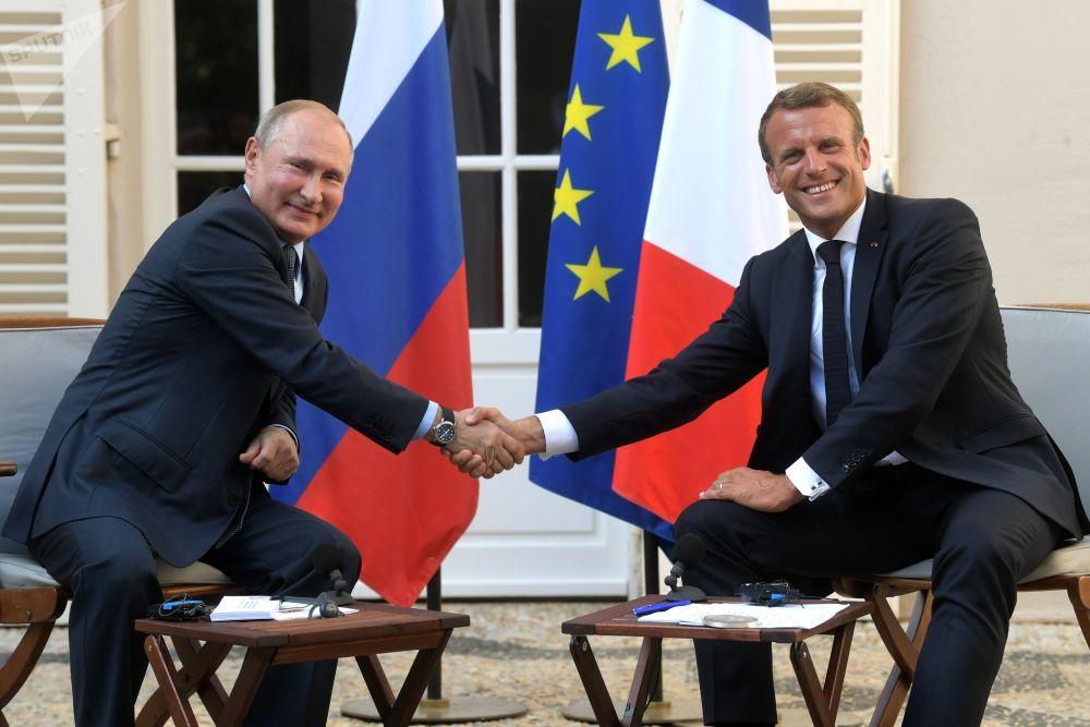 Ruský prezident Vladimir Putin a francouzský prezident Emmanuel Macron během schůzky v jižní Francii.