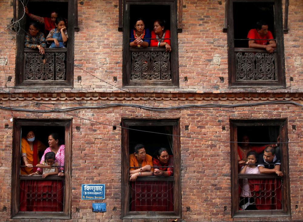 Diváci sledují každoroční festival Nil Barahi v Bode v Nepálu.