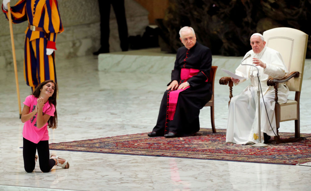 Dívka poslouchá projev papeže Františka v audienčním sálu papeže Pavla VI. ve Vatikánu.