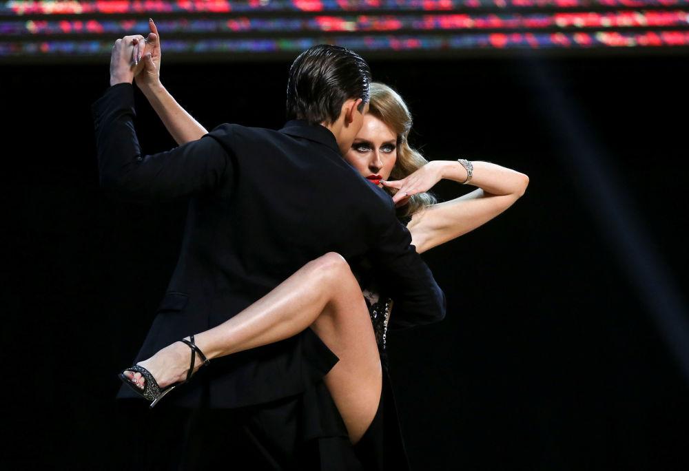 Tanečníci z Ruska, Ivan Nabokin a Anastasia Izvěkovová, vystupují na finále mistrovství světa v tangu v argentinském Buenos Aires.