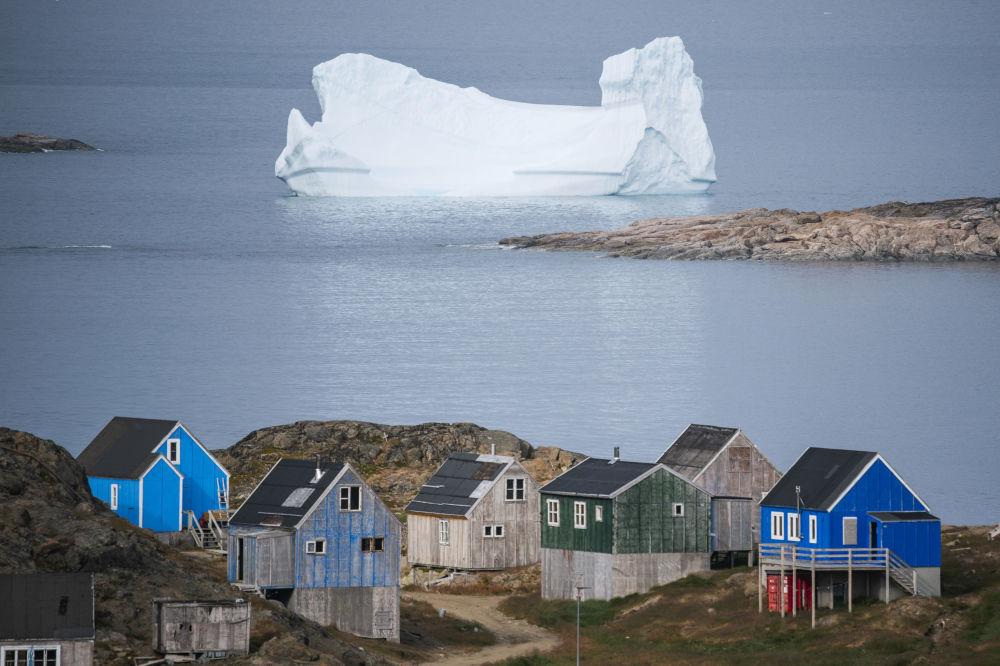 Ledovec nedaleko města Kulusuk v Grónsku.