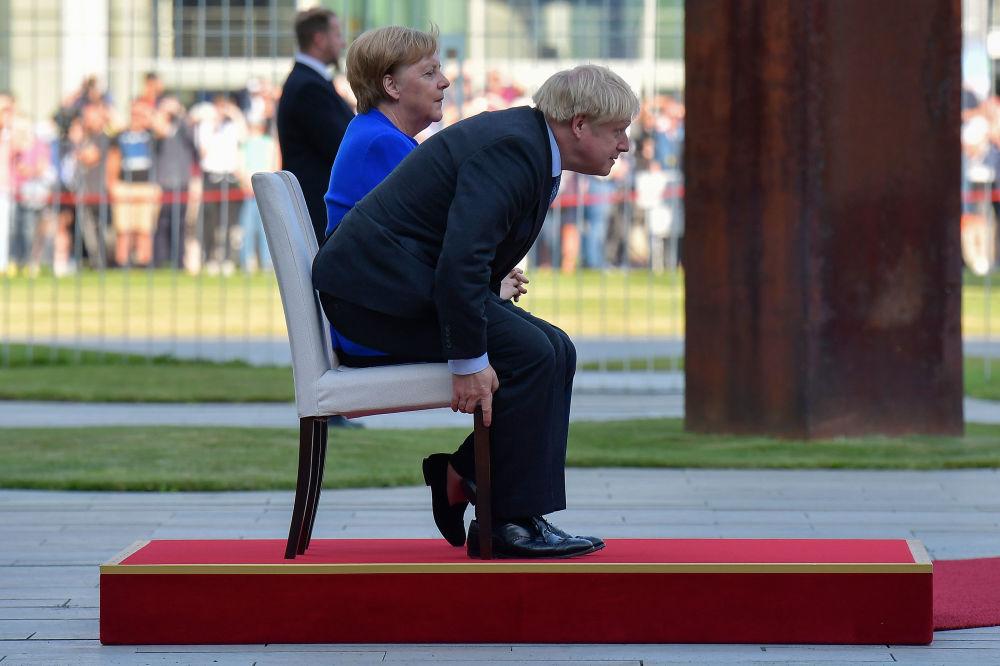 Německá kancléřka Angela Merkelová a britský premiér Boris Johnson během uvítacího ceremoniálu v rámci první zahraniční návštěvy Johnsona od nástupu do úřadu.