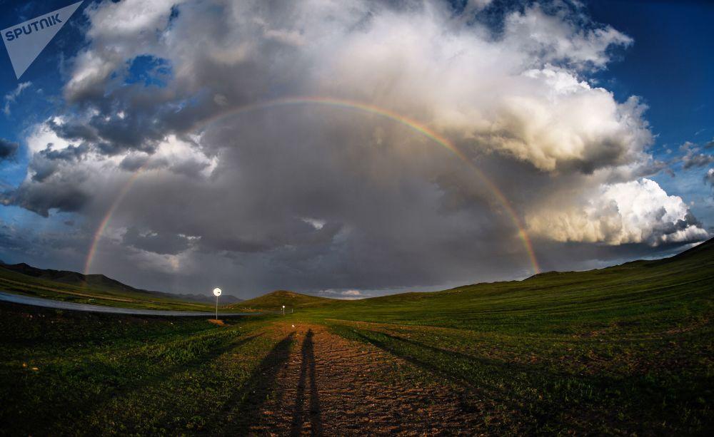Duha v jedné z osad Mongolska.