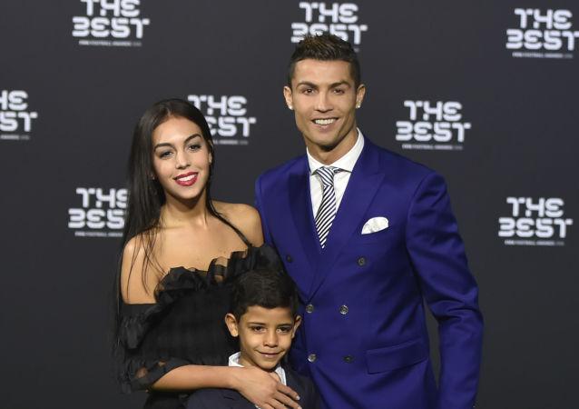 Portugalský fotbalista Cristiano Ronaldo se synem Cristiano Ronaldo Jr. a  Georginou Rodriguezevou