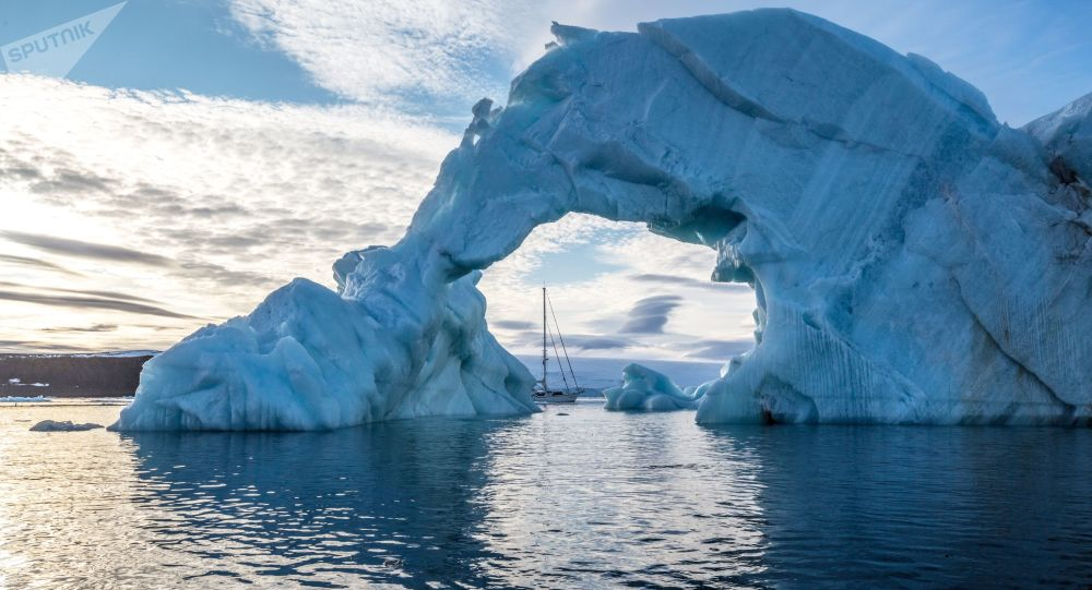 Ledovec a záliv Alter Ego u břehů jednoho z ostrovů souostroví Země Františka Josefa