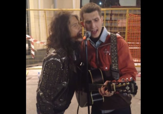 Člověk z lidu: sólista Aerosmithu zazpíval s pouličním hudebníkem v Moskvě