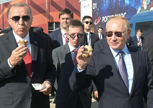 Ruský prezident Vladimir Putin a turecký prezident Recep Tayyip Erdogan během návštěvy mezinárodního leteckého salonu MAKS 2019